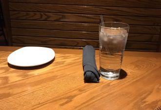 Ради бесплатной еды парень разыграл драму в ресторане. Сотрудники раскрыли обман, но отреагировали неожиданно