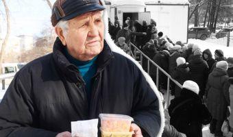81-летний советский изобретатель в очереди за бесплатным супом. Негодование пикабушников бьёт все рекорды