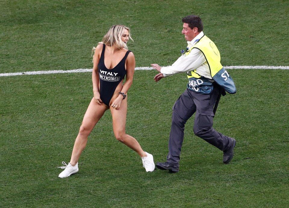 Выбежал на поле на матче ливерпуль тоттенхэм видео