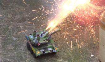 Блогер решил устроить войну, поэтому сделал себе танк. Но вместо реальных снарядов из него вылетает фейерверк