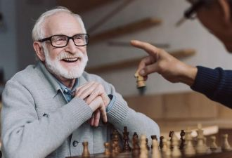 Дед подыграл внуку в шахматы, и тот этого даже не заметил. Хотя старик почти сделал парня одной левой