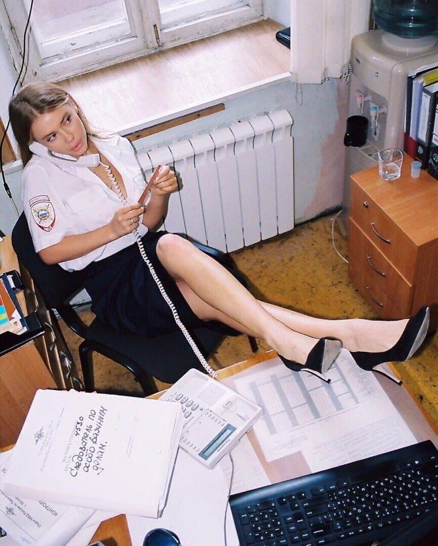 В Москве полицейская устроила сестре откровенную фотосессию в отделе полиции.