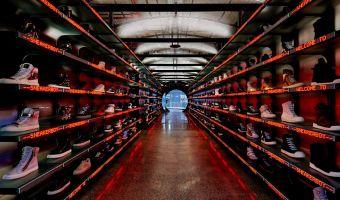 У парня из США огромная коллекция обуви, которой позавидуют многие. Но он её не носит, и на это есть причины