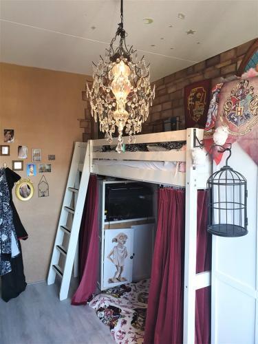 Девочка живёт в Хогвартсе, и её комнате завидуют фанаты «Гарри Поттера». Дело в том, что её мама — волшебница