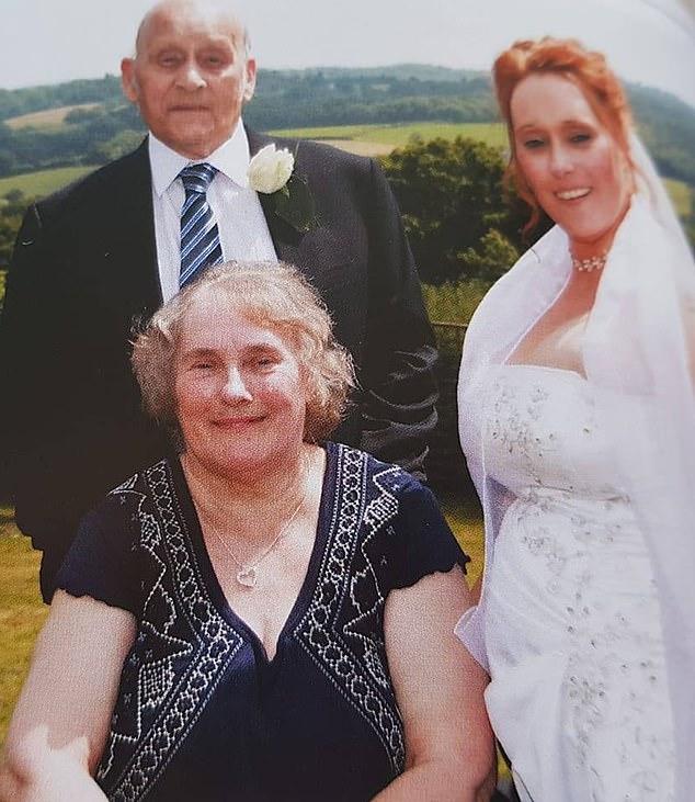 Никола с родителями в день своей свадьбы