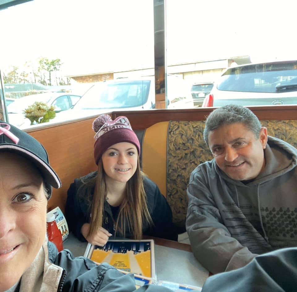 Эми со своей семьей в кафе