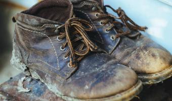 Парень надел на собеседование туфли дедушки и бежал из офиса сверкая пятками. Буквально — это его и подвело