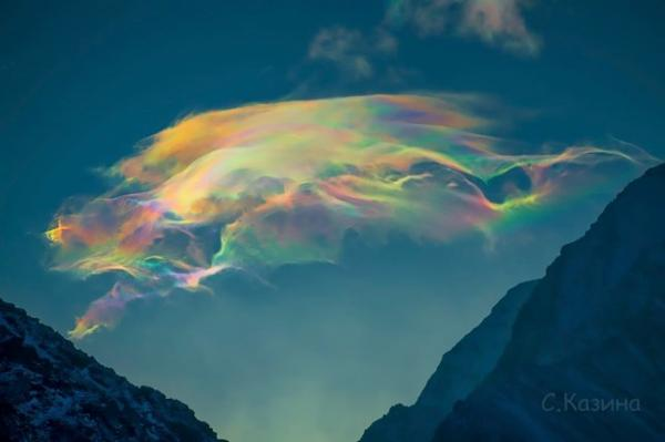 Девушка сфоткала радугу в облаках, и это огонь. Кажется, мы всё же живём в матрице, но какой же красивой
