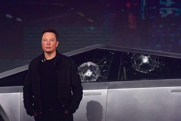 Илон Маск потусил с Канье Уэстом и Ким Кардашьян, и это огонь. С таким лицом дорога не в космос, а в мемы