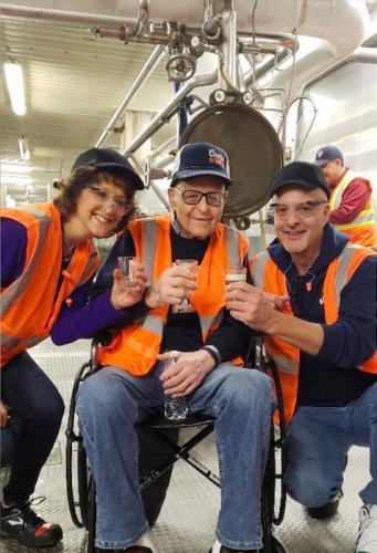 Эндрю с семьёй на пивоварне