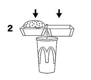 2 этап - откройте свой бургер и насадите коробочку с ним прямо на соломинку напитка, пропустив её через специальное отверстие (они действительно есть на боксах).
