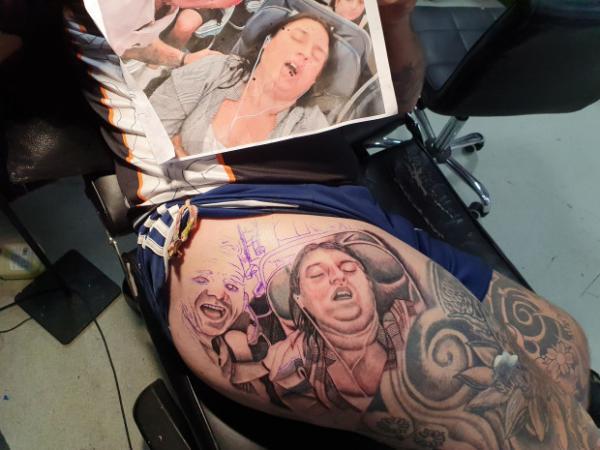 Муж сделал татуировку с лицом жены, а та в бешенстве. Не удивительно: такую фотку не захочется показать никому