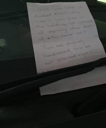 Инвалид припарковался в обычном парковочном месте. Ему оставили записку, которой изобрели новый вид шейминга