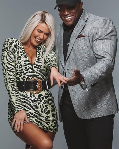 Рестлеры из WWE решили пожениться в прямом эфире. Коллеги устроили им сюрприз, который оставил обоих в синяках