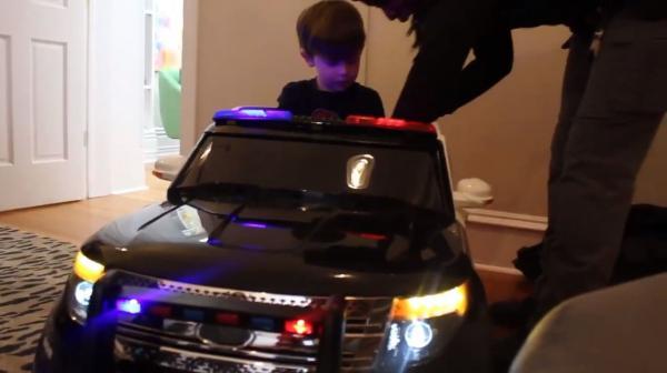 У парня украли рождественский подарок, но на помощь пришла соседка-коп. Вместе они нашли вора и раскрыли дело
