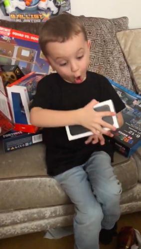 Мальчику родители подарили на Рождество айфон. Его реакция заслуживает Оскар