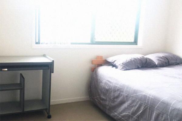 Стол в отдельной комнате няни