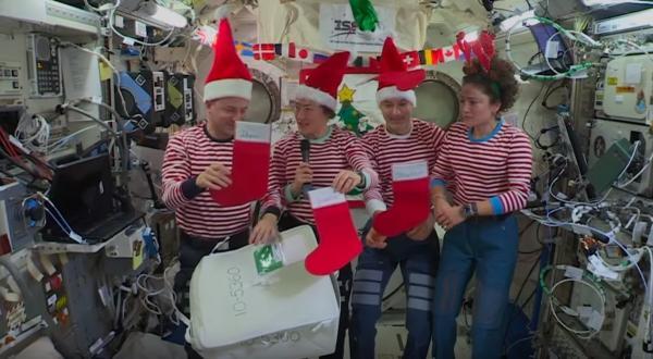 Копчёный лосось, сидр и какао. Космонавты рассказали, как отмечают Рождество на орбите и получают подарки