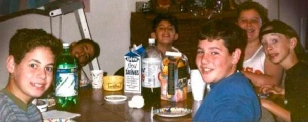 На самом старом снимке можно увидеть шестерых мальчишек, собравшихся за одним столом, улыбающихся и смеющихся прямо в камеру.