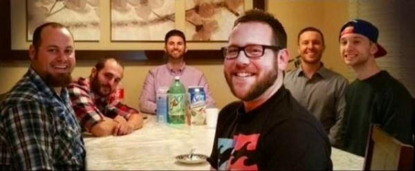 Ну а теперь мужчинам за 30, они остепенились: кое-кто отпустил бороду, а кое-кто начал лысеть. Но это не помешало им собраться и повторить старый снимок, уже ставший культовым.