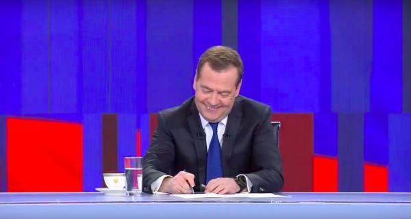 Ой, на Медведева зачем-то усадили Батрутдинова и Ивлееву. Раньше там были Максимовская, Пивоваров и Зыгарь. Ну решили в приколы поиграть, если в острые вопросы уже нельзя.