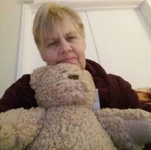 Внучка подарила бабушке мишку, и та не могла сдержать радость. Ведь мишка был с очень важным секретом