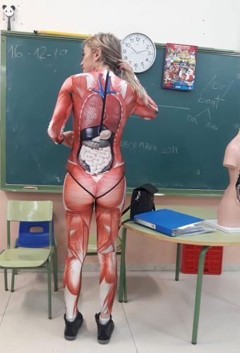 Учительница пришла в школу в костюме с AliExpress. Но её не засмеяли, а высказали большой респект