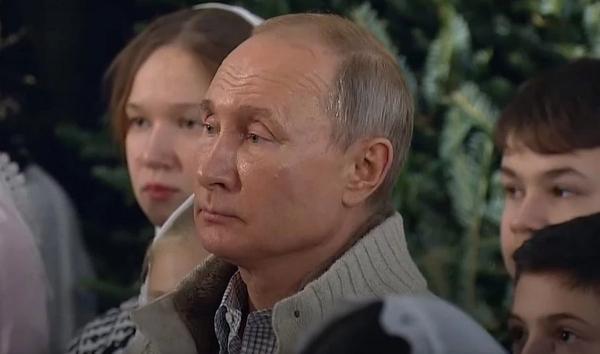 Владимир Путин сходил в храм, и люди обсуждают даже не его грустный вид. Им куда интересней кардиган политика