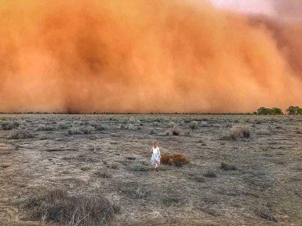 Пока мама снимала апокалипсис, дочь бросилась в центр бури. Всё обошлось, а малышка получила эпичнейшее фото