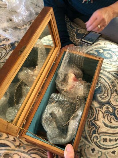 Пользователь вскрыл 100-летние шкатулки. Их в начале XX века сделал преступник, но содержимое растрогало всех