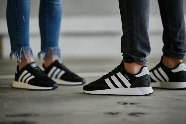 Adidas пытался отстоять своё право на три полоски целых 23 года. Но суд решил, что их одежду не спутают с H&M