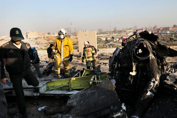 В авиакатастрофе под Тегераном погибло 176 человек. Причина трагедии не ясна, но в ней уже ищут злой умысел