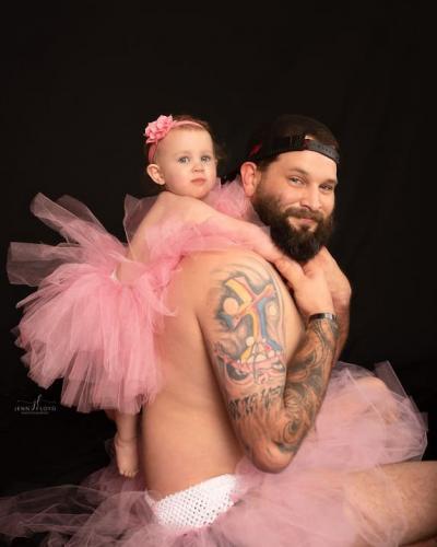 Мужчина надел балетную пачку на фотосет с дочкой. Но милота не долго будет её радовать, ведь он задумал шантаж