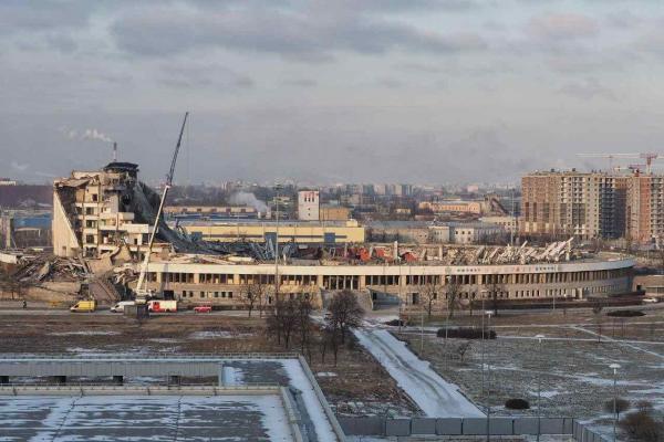 В Санкт-Петербурге снесли огромный спорткомплекс. Видео эпичное, а ситуация страшная, рабочий не успел убежать