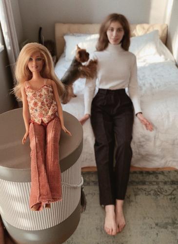 Папа привёз дочке Барби из Германии, и понеслось. Спустя 18 лет девушка выглядит как эта кукла - только лучше