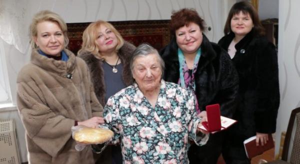 В Керчи поздравить блокадников с годовщиной явились чиновницы в шубах. А подарили медали и батоны хлеба