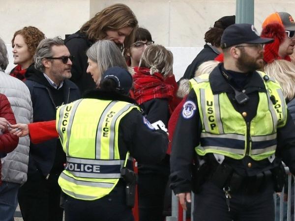 Хоакин Феникс повторяет судьбу Джокера. Актёр сходил на митинг, вдохновил людей и загремел под арест, конечно