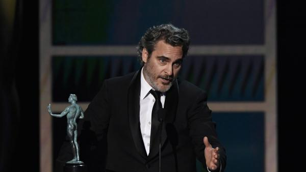 """Хоакин Феникс получил награду за """"Джокера"""". А потом так высказался о коллегах (и Леджере), что у фанов слёзки"""