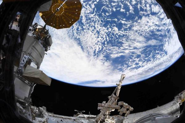 Космонавт показала фото нашей планеты с МКС, но оценили не все. У фанатов теории плоской Земли есть возражения