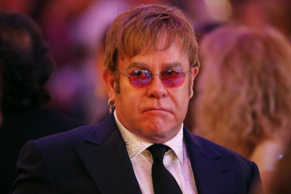 """Элтон Джон так радовался награде Тэрона Эджертона за """"Рокетмена"""", что вышло грустно. А всё из-за обнимашек"""