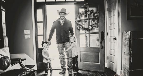 Гордые отцы публикуют фото с дочурками. Люди уверены, что это трогательный флешмоб, но началось всё с трагедии