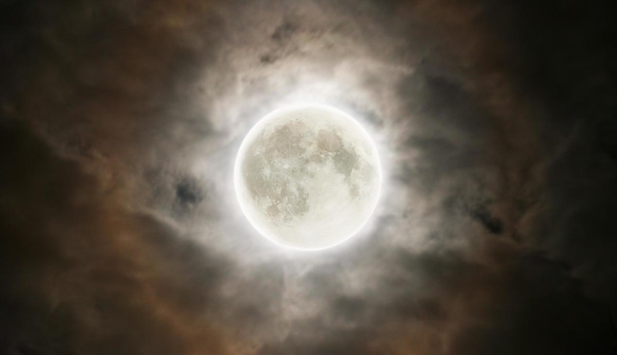 Луна постоянно колеблется и даже умеет танцевать. Парень год снимал на камеру это явление и показал, что вышло