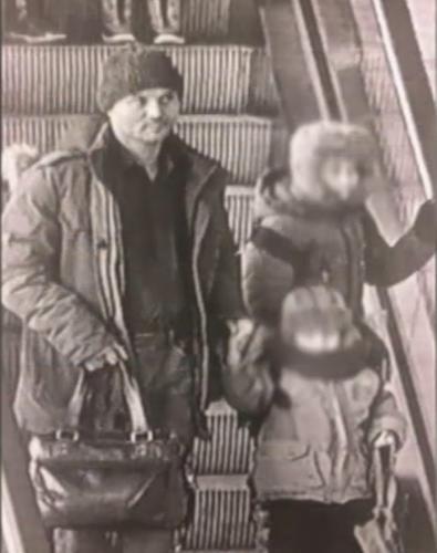 Мужчина бросил маленьких детей в Шереметьево. Теперь его ищут по двум причинам: работа и уголовное дело