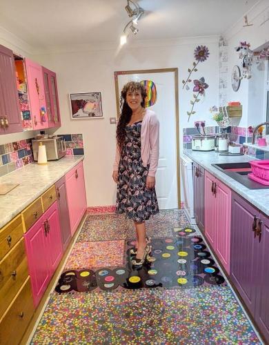 Женщина сделала ремонт кухни, а пол выложила пластинками. И это не просто дизайн, а идеальная месть изменщику