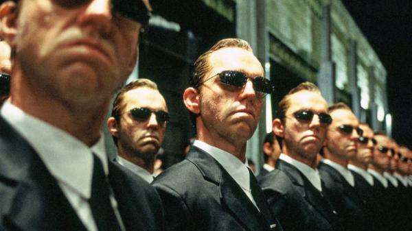 """Хьюго Уивинг не сыграет агента Смита в """"Матрице-4"""", а фаны и рады. Они объяснили, почему он там и не нужен"""
