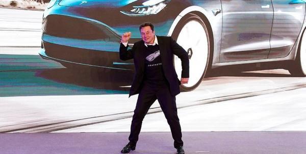 Илон Маск станцевал как батя на презентации Tesla. И у видео все шансы обогнать мем с маракасами