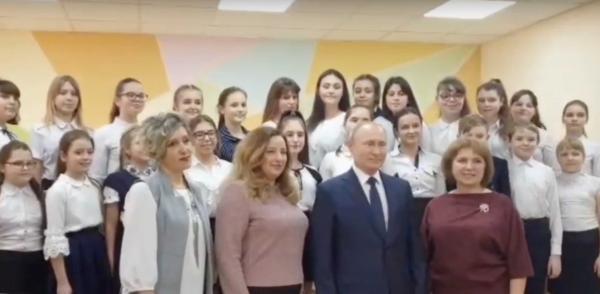 Детский хор встретил Владимира Путина песней из мюзикла «Брысь». Слова в ней тоже неоднозначные