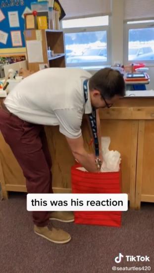 У преподавателя украли кроссовки, но его ученики всё исправили. Они просто хотели удивить его: похоже, вышло