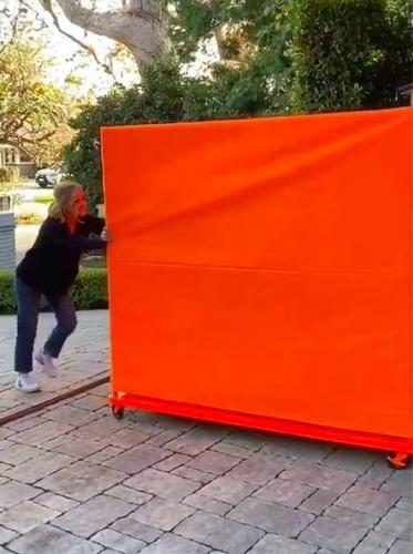 Бейонсе прислала Риз Уизерспун таинственную рыжую коробку. И фаны певицы сразу поняли, что там (не шампанское)