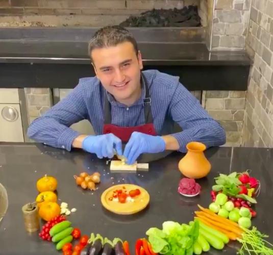 """""""Это он для бактерий готовит или что?"""" Повар Бурак Оздемир отказался от гигантских блюд - и напугал всех"""